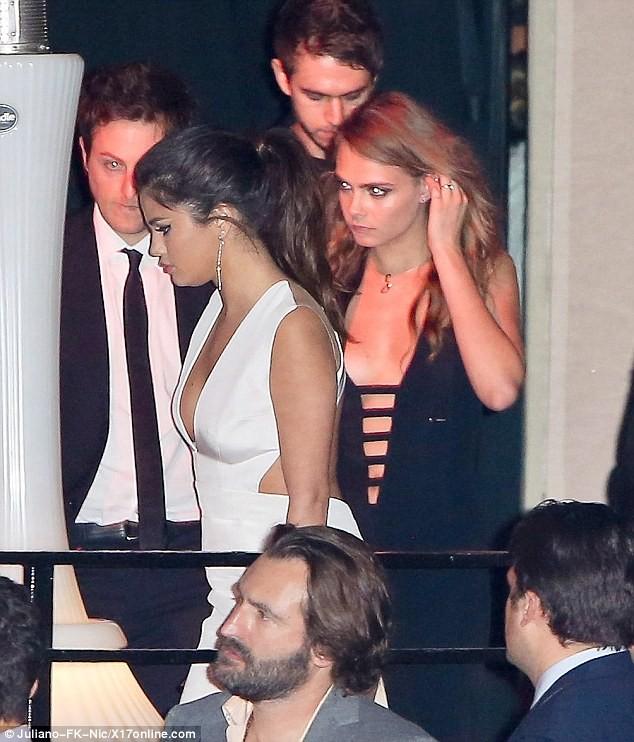 Selena Gomez quấn quýt bên nam DJ điển trai - ảnh 7