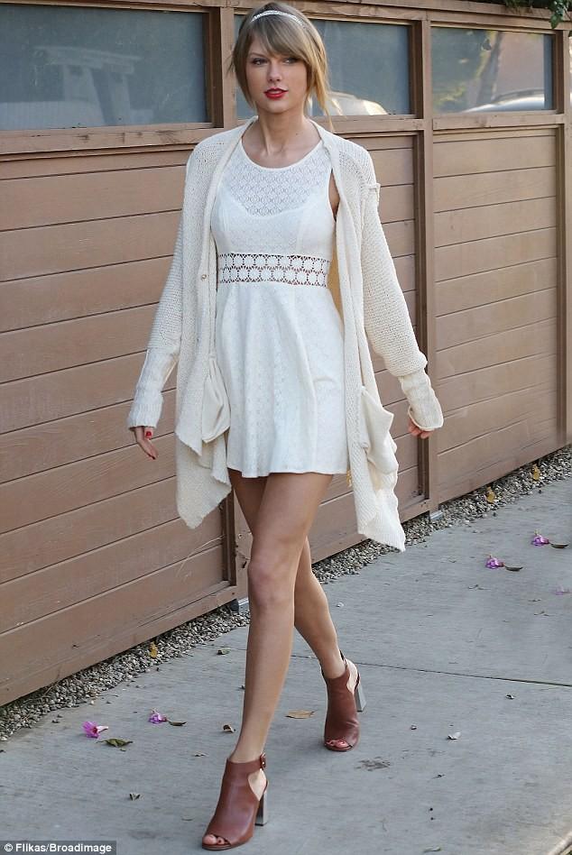 Taylor Swift thướt tha xuống phố với style cổ điển - ảnh 2