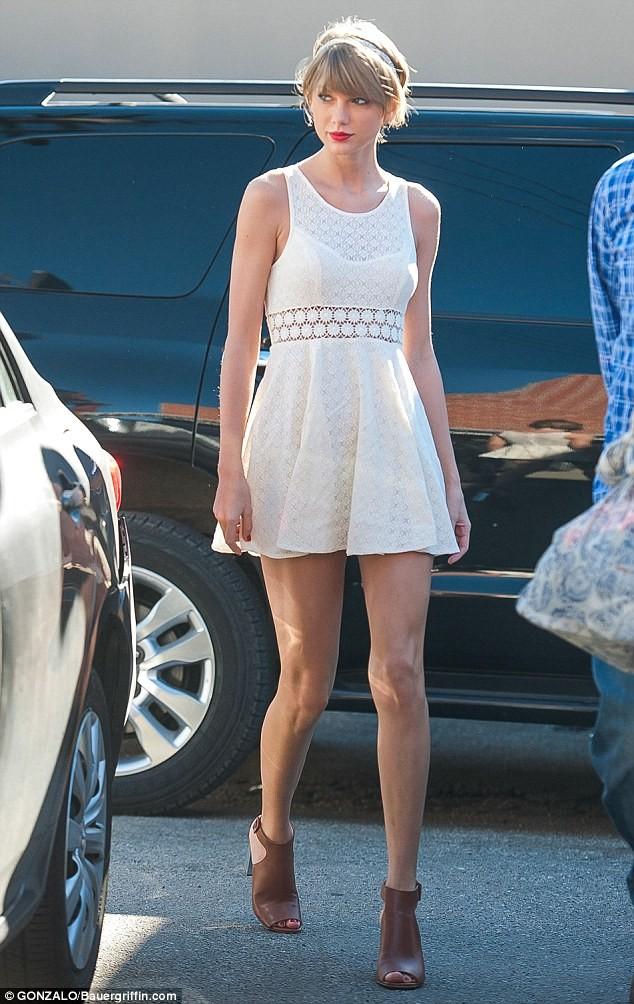 Taylor Swift thướt tha xuống phố với style cổ điển - ảnh 4