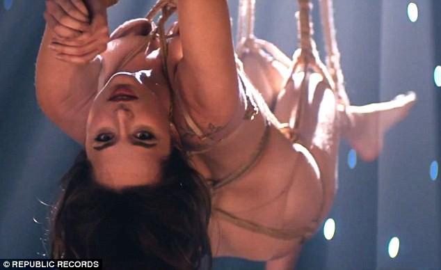 Nữ diễn viên '50 sắc thái' khoe thân lơ lửng trên không - ảnh 2