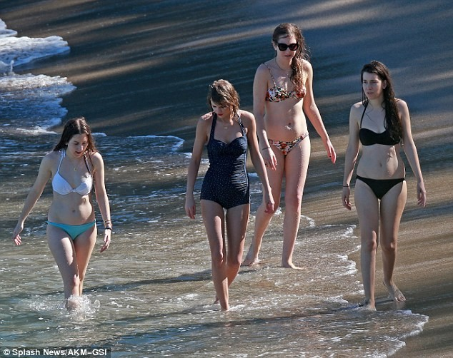 Taylor Swift thỏa sức nô đùa cùng bạn bè trên bãi biển - ảnh 10