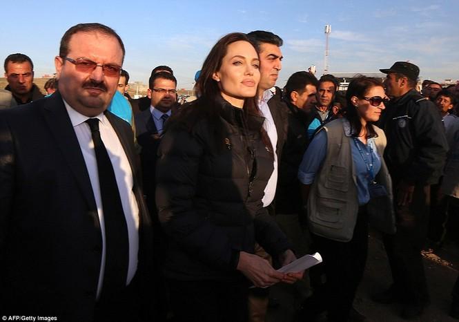 Angelina Jolie giản dị đi từ thiện ở Iraq - ảnh 1