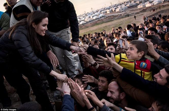 Angelina Jolie giản dị đi từ thiện ở Iraq - ảnh 2