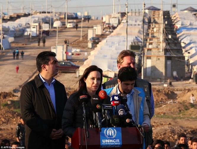 Angelina Jolie giản dị đi từ thiện ở Iraq - ảnh 3