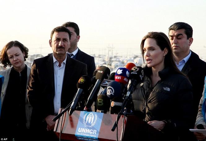 Angelina Jolie giản dị đi từ thiện ở Iraq - ảnh 4