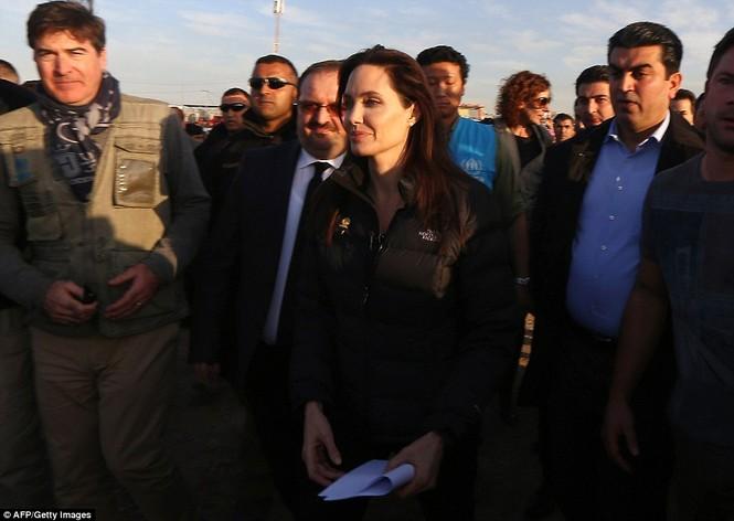 Angelina Jolie giản dị đi từ thiện ở Iraq - ảnh 5