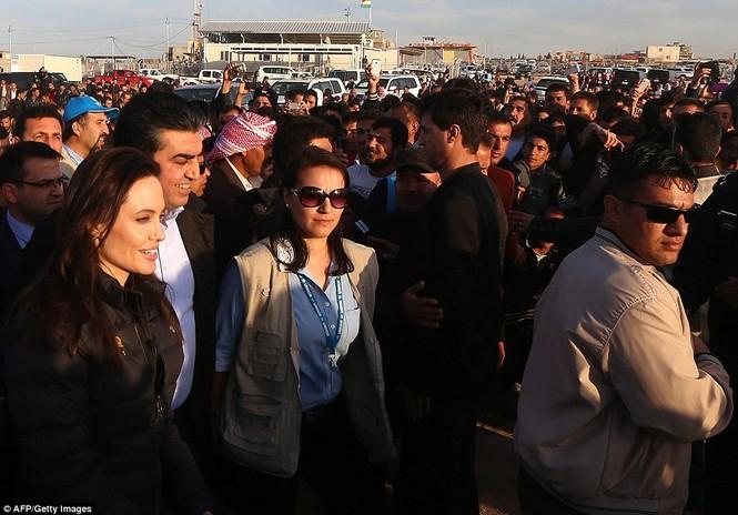 Angelina Jolie giản dị đi từ thiện ở Iraq - ảnh 7