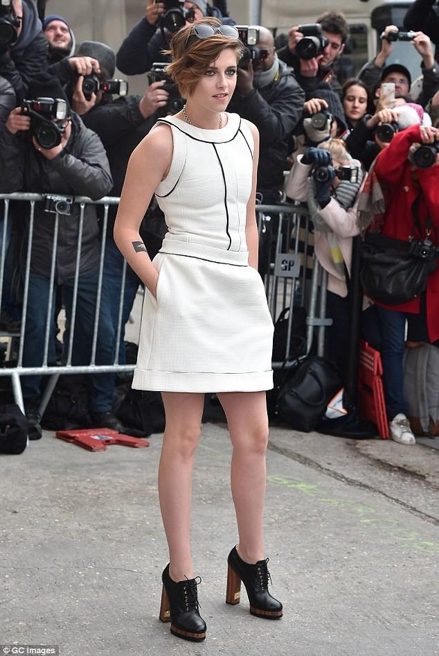 Kristen Stewart diện váy trắng muốt kiêu sa ở Paris - ảnh 1