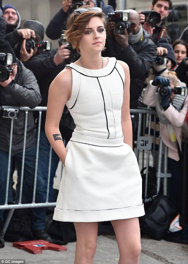 Kristen Stewart diện váy trắng muốt kiêu sa ở Paris - ảnh 2