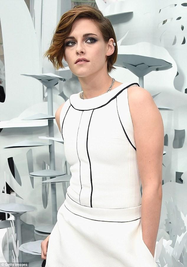 Kristen Stewart diện váy trắng muốt kiêu sa ở Paris - ảnh 4