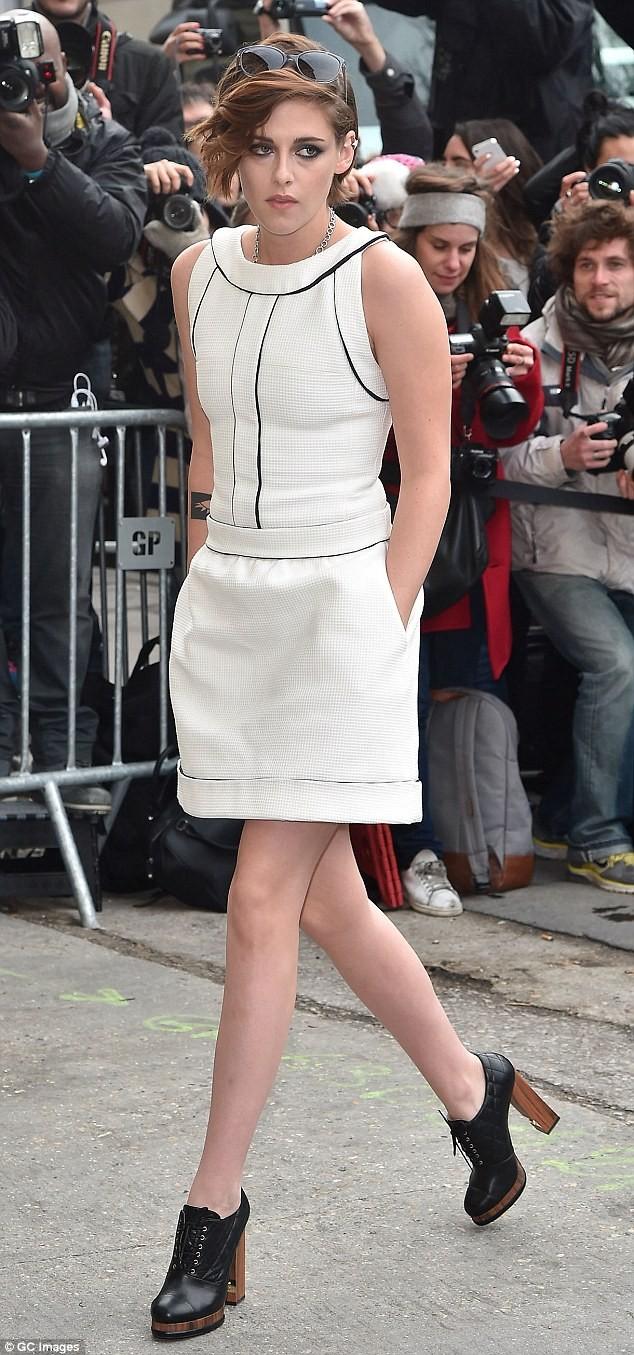 Kristen Stewart diện váy trắng muốt kiêu sa ở Paris - ảnh 6