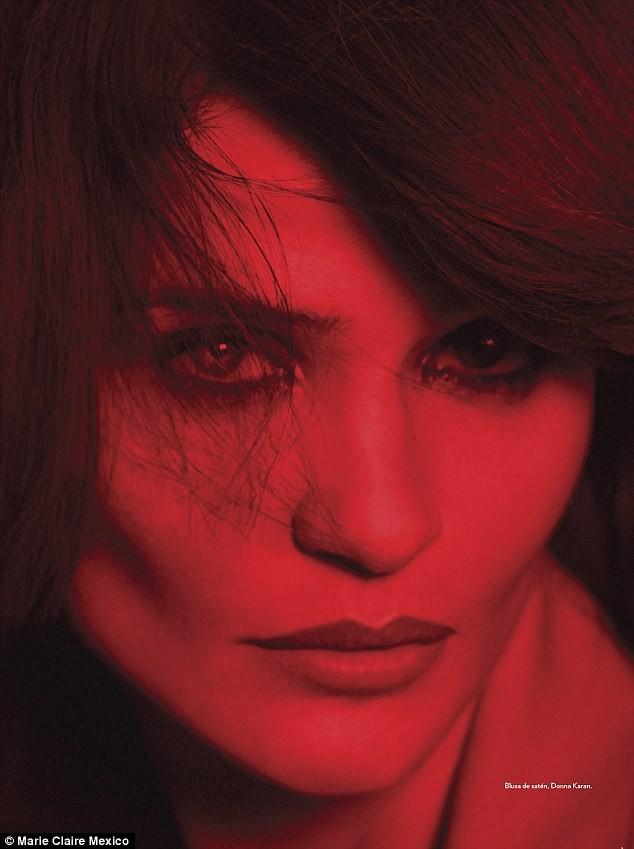 Ngắm siêu mẫu Helena Christensen rực đỏ đầy quyến rũ - ảnh 6