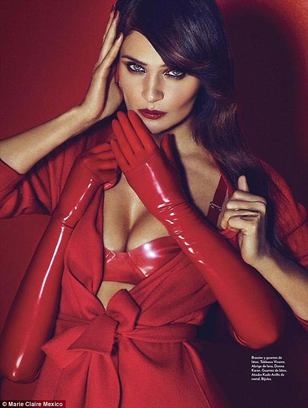 Ngắm siêu mẫu Helena Christensen rực đỏ đầy quyến rũ - ảnh 2
