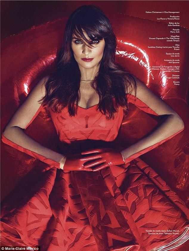 Ngắm siêu mẫu Helena Christensen rực đỏ đầy quyến rũ - ảnh 4