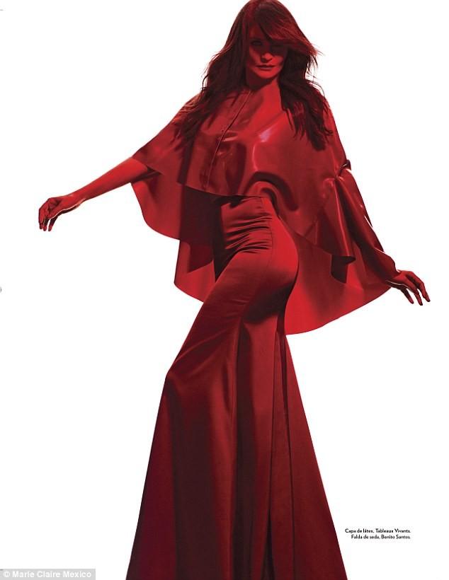 Ngắm siêu mẫu Helena Christensen rực đỏ đầy quyến rũ - ảnh 8