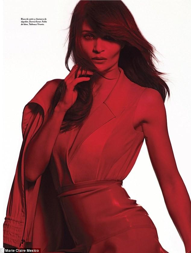 Ngắm siêu mẫu Helena Christensen rực đỏ đầy quyến rũ - ảnh 7