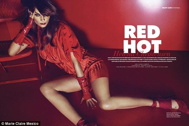 Ngắm siêu mẫu Helena Christensen rực đỏ đầy quyến rũ - ảnh 5