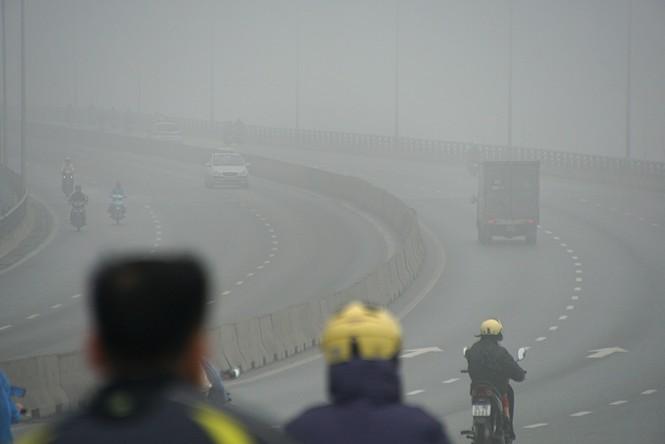 Hà Nội mịt mù trong sương dày đặc - ảnh 12