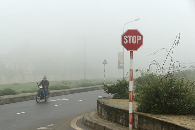 Hà Nội mịt mù trong sương dày đặc - ảnh 15