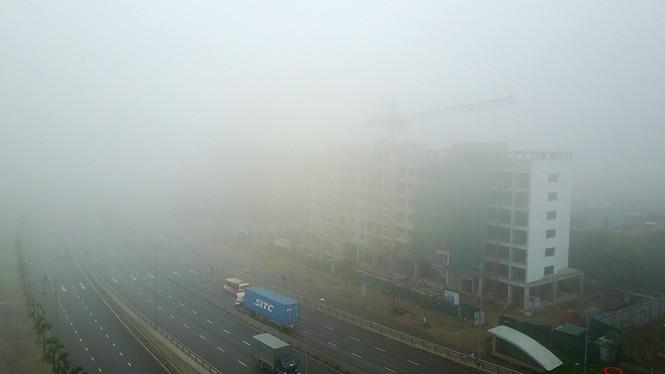 Hà Nội mịt mù trong sương dày đặc - ảnh 16
