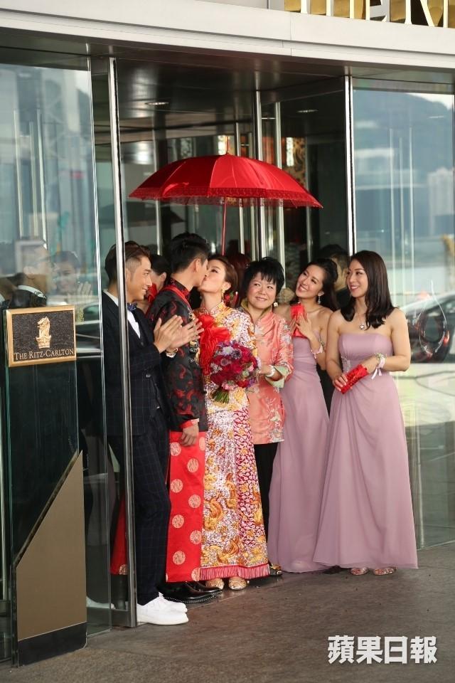Hoa đán TVB Dương Di đeo vàng trĩu tay trong ngày cưới - ảnh 3
