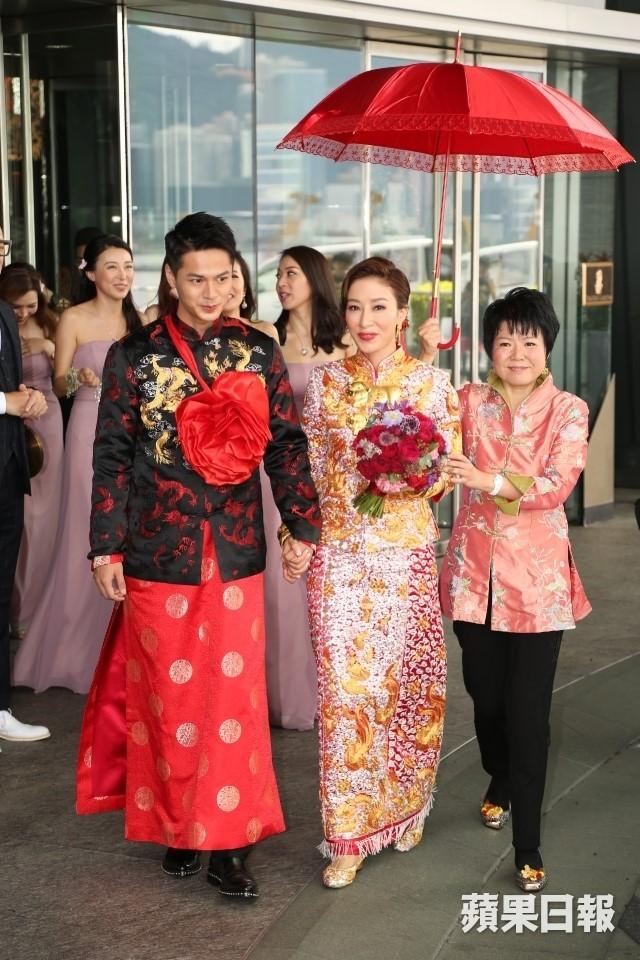 Hoa đán TVB Dương Di đeo vàng trĩu tay trong ngày cưới - ảnh 4