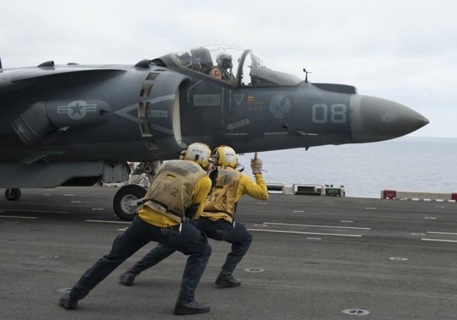 Hoạt động trên boong tàu sân bay Mỹ - ảnh 10