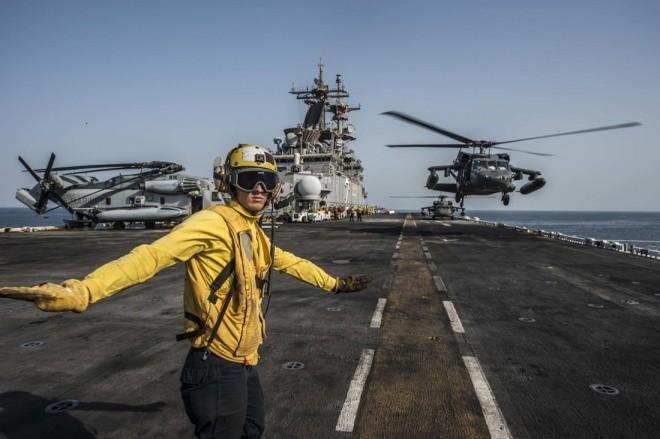 Hoạt động trên boong tàu sân bay Mỹ - ảnh 11
