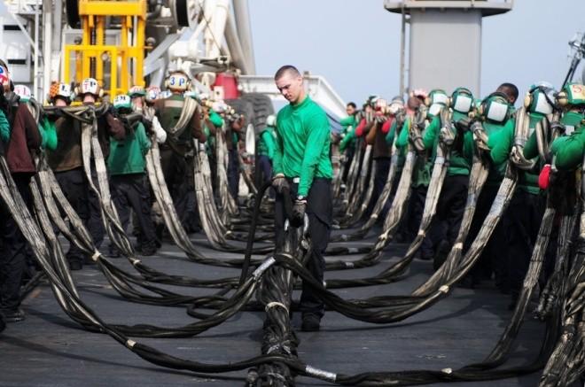 Hoạt động trên boong tàu sân bay Mỹ - ảnh 3