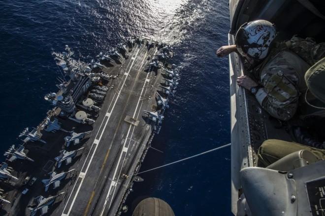 Hoạt động trên boong tàu sân bay Mỹ - ảnh 4
