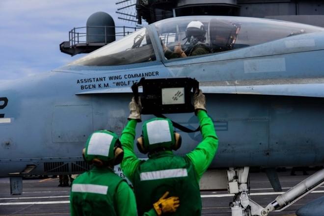 Hoạt động trên boong tàu sân bay Mỹ - ảnh 6