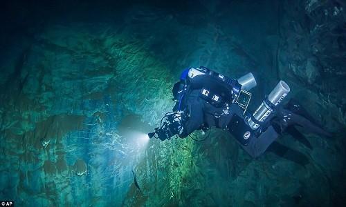 Mục kích 'động không đáy' dưới nước sâu nhất thế giới - ảnh 1