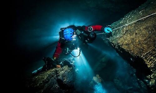 Mục kích 'động không đáy' dưới nước sâu nhất thế giới - ảnh 3