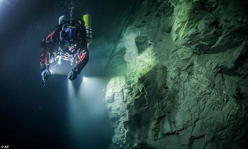 Mục kích 'động không đáy' dưới nước sâu nhất thế giới - ảnh 4