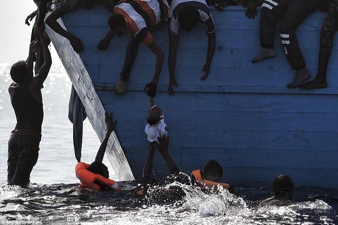 Phát hiện tàu di cư chất đầy thi thể người chết ngạt - ảnh 10