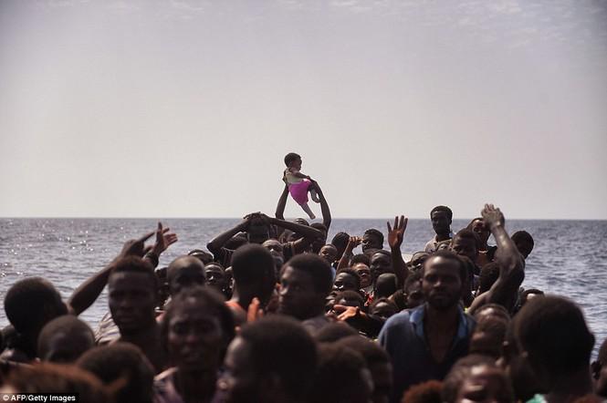 Phát hiện tàu di cư chất đầy thi thể người chết ngạt - ảnh 8