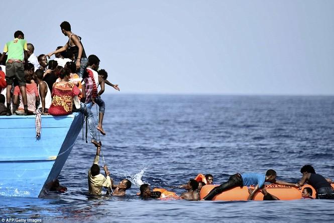 Phát hiện tàu di cư chất đầy thi thể người chết ngạt - ảnh 11