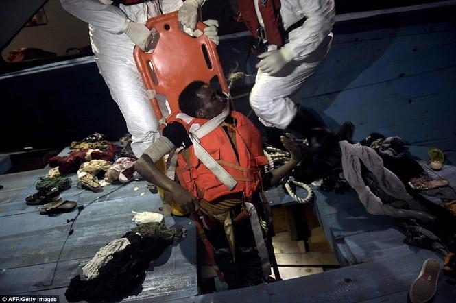 Phát hiện tàu di cư chất đầy thi thể người chết ngạt - ảnh 6