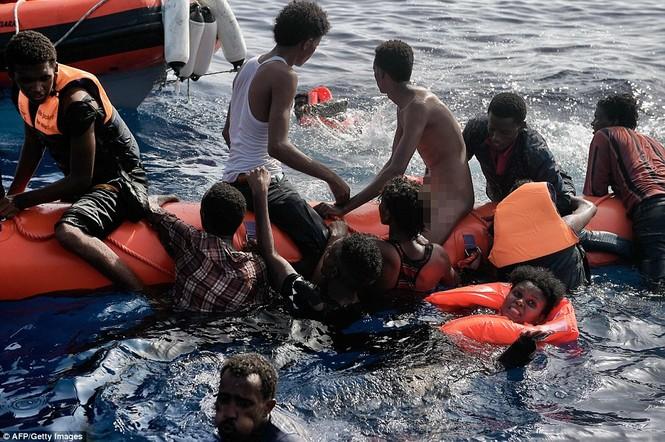 Phát hiện tàu di cư chất đầy thi thể người chết ngạt - ảnh 9