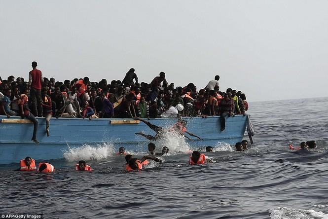Phát hiện tàu di cư chất đầy thi thể người chết ngạt - ảnh 7