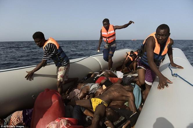 Phát hiện tàu di cư chất đầy thi thể người chết ngạt - ảnh 4