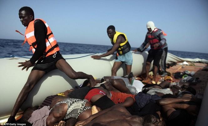 Phát hiện tàu di cư chất đầy thi thể người chết ngạt - ảnh 3
