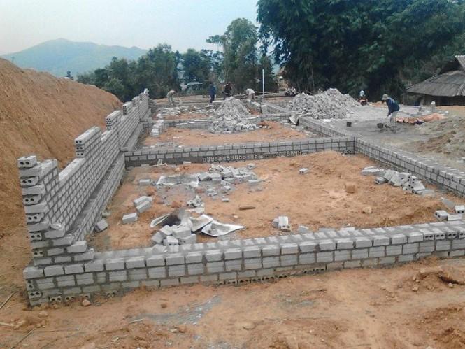 Hình ảnh đẹp học sinh xếp hàng dài chuyển gạch xây trường - ảnh 1