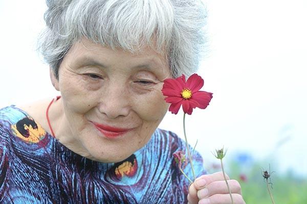 Cụ bà 74 tuổi 'lột xác' thành ngôi sao thời trang - ảnh 3