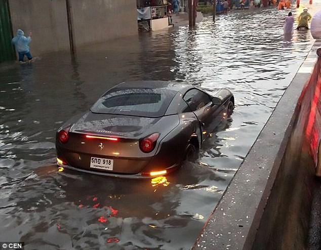 Ferrari giá hơn chục tỉ 'thất thủ' giữa đường ngập - ảnh 1