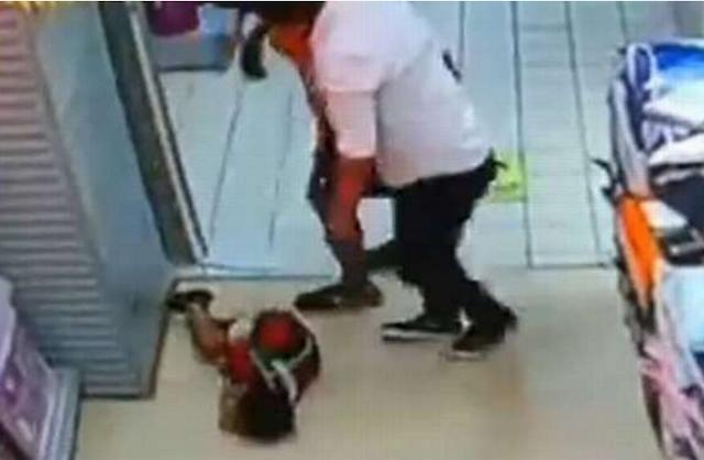 Bé trai tử vong thương tâm vì bị bố ngã đè lên người - ảnh 1