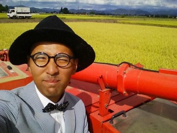 Nông dân bảnh nhất thế giới mặc com-lê làm đồng - ảnh 1