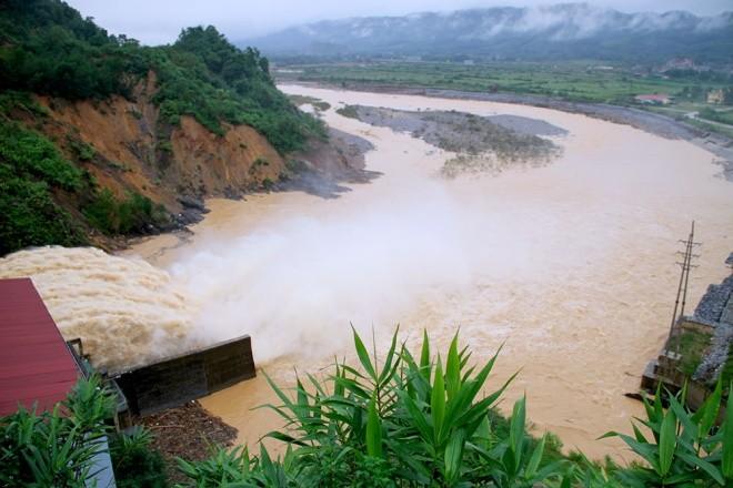 Nghìn người ở Hà Tĩnh chui mái nhà chờ nước rút - ảnh 11
