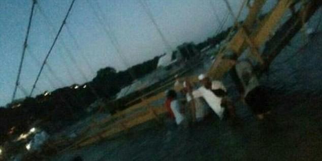 Indonesia: Sập cầu nối giữa hai đảo, 39 người thương vong - ảnh 1