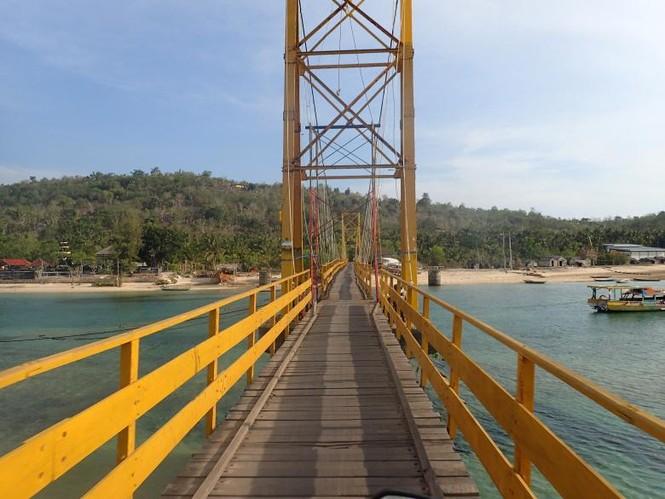 Indonesia: Sập cầu nối giữa hai đảo, 39 người thương vong - ảnh 2